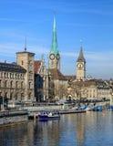 Κτήρια κατά μήκος του ποταμού Limmat στη Ζυρίχη, Ελβετία Στοκ Εικόνες