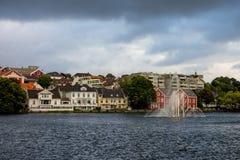 Κτήρια με τα υδάτινα έργα κοντά στη λίμνη Breiavatnet στο Stavanger Στοκ Εικόνες