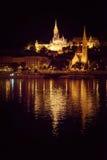 Κτήρια προκυμαιών στο χρυσό φως, πυροβολισμός νύχτας της Βουδαπέστης Στοκ φωτογραφία με δικαίωμα ελεύθερης χρήσης