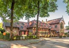 Κτήρια σε Haarzuilens που ανήκουν στο Castle de Haar στα παραδοσιακά εραλδικά χρώματα Στοκ φωτογραφίες με δικαίωμα ελεύθερης χρήσης