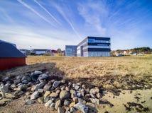 Κτήρια στην παραλία την άνοιξη, μέση Νορβηγία Στοκ Εικόνες