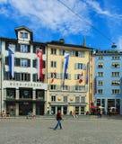 Κτήρια στην πλατεία Munsterhof στη Ζυρίχη, που διακοσμείται με τις σημαίες Στοκ Εικόνες