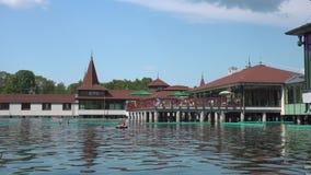 Κτήρια στη λίμνη Heviz το καλοκαίρι απόθεμα βίντεο