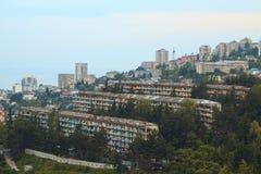 Κτήρια στο βουνό με τα φω'τα παραθύρων Στοκ εικόνα με δικαίωμα ελεύθερης χρήσης