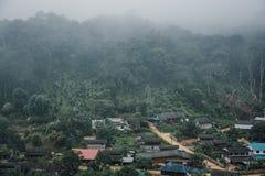 Κτήρια στο ορεινό χωριό Ομιχλώδης ημέρα, τοπ του χωριού τοπίο άποψης στοκ φωτογραφίες με δικαίωμα ελεύθερης χρήσης
