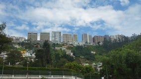 Κτήρια της λεωφόρου Gonzalez Suarez στην πόλη του Κουίτο που βλέπει από τη γειτονιά Guapulo Στοκ Φωτογραφία