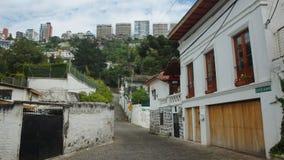 Κτήρια της λεωφόρου Gonzalez Suarez στην πόλη του Κουίτο που βλέπει από τη γειτονιά Guapulo Στοκ Εικόνες