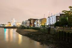 Κτήρια τη νύχτα κατά μήκος του ποταμού Τάμεσης στοκ εικόνα