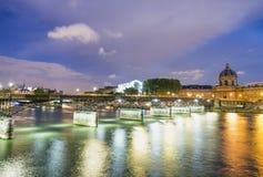 Κτήρια του Παρισιού γύρω από το Λούβρο σύνθετο με τον ποταμό του Σηκουάνα στο nig Στοκ φωτογραφία με δικαίωμα ελεύθερης χρήσης