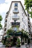 Κτήρια του Παρισιού με τον ανθοκόμο και τα καταστήματα στοκ εικόνα