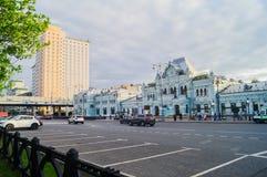 Κτήρια του τερματικού σιδηροδρόμων της Μόσχας Ρήγα και του ξενοδοχείου πανδοχείων διακοπών, Μόσχα, Ρωσία Στοκ εικόνα με δικαίωμα ελεύθερης χρήσης