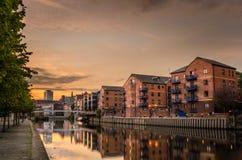 Κτήρια όχθεων ποταμού στο ηλιοβασίλεμα στοκ εικόνες