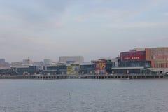 Κτήρια CBD γύρω από τη λίμνη με τη διαφήμιση Στοκ Φωτογραφία