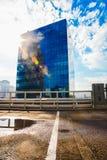 Κτήριο ανώτερων αξιωμάτων με τους τοίχους γυαλιού Στοκ εικόνες με δικαίωμα ελεύθερης χρήσης