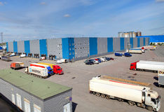 Κτήριο αποθήκευσης δυνατότητας διοικητικών μεριμνών, αποβάθρες φόρτωσης Στοκ εικόνα με δικαίωμα ελεύθερης χρήσης