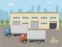 Κτήριο αποθηκών εμπορευμάτων και δύο φορτηγά στο υπόβαθρο πόλεων Στοκ εικόνα με δικαίωμα ελεύθερης χρήσης