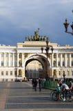 Κτήριο Γενικού Επιτελείου και τετράγωνο παλατιών στον Άγιο Πετρούπολη Στοκ Φωτογραφία