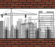 Κτήριο γερανών οικοδόμησης μεταξύ δύο τουβλότοιχος Στοκ εικόνα με δικαίωμα ελεύθερης χρήσης