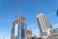 Κτήριο γυαλιού οικοδόμησης γερανών στο Ντάλλας, Τέξας, ΗΠΑ Στοκ εικόνα με δικαίωμα ελεύθερης χρήσης