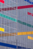 Κτήριο γυαλιού με τα λωρίδες χρώματος Στοκ φωτογραφία με δικαίωμα ελεύθερης χρήσης