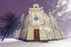Κτήριο δημάρχου αιθουσών δήμου με το χιόνι τη νύχτα Στοκ φωτογραφίες με δικαίωμα ελεύθερης χρήσης