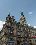 Κτήριο Δημαρχείων με τις εθνικές κόκκινες και άσπρες σημαίες σε Klodzko, Στοκ εικόνες με δικαίωμα ελεύθερης χρήσης