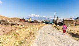 Κτήριο εκκλησιών βουνών της Βολιβίας του χωριού δρόμων περπατήματος μαθητών κοριτσιών Στοκ Εικόνα