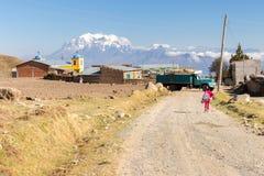 Κτήριο εκκλησιών βουνών της Βολιβίας του χωριού δρόμων περπατήματος μαθητών κοριτσιών Στοκ φωτογραφία με δικαίωμα ελεύθερης χρήσης