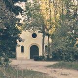 Κτήριο εκκλησιών επαρχίας το καλοκαίρι - στιγμιαίο εκλεκτής ποιότητας τετράγωνο στοκ φωτογραφία