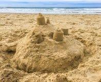 Κτήριο κάστρων άμμου με τους πύργους στην παραλία με την άποψη σχετικά με τη θάλασσα στοκ φωτογραφία με δικαίωμα ελεύθερης χρήσης