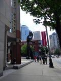 Κτήριο και άγαλμα Μουσείων Τέχνης του Σιάτλ στοκ εικόνες