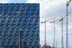 Κτήριο και γερανοί Στοκ φωτογραφίες με δικαίωμα ελεύθερης χρήσης