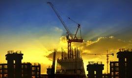 Κτήριο και εργοτάξιο οικοδομής γερανών ενάντια στο beaut Στοκ Εικόνα
