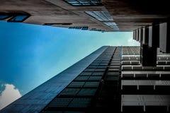 Κτήριο και μπλε ουρανός στοκ φωτογραφίες με δικαίωμα ελεύθερης χρήσης