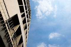 Κτήριο και μπλε ουρανός ουρανοξυστών με το σύννεφο στη Μπανγκόκ Στοκ Εικόνες
