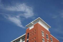 Κτήριο και ουρανός το φθινόπωρο Στοκ φωτογραφία με δικαίωμα ελεύθερης χρήσης