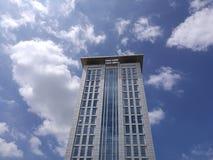 Κτήριο και σύννεφα Στοκ Εικόνες