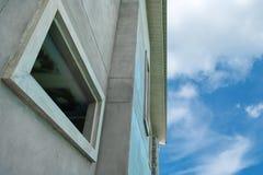 Κτήριο και σύννεφο Στοκ Φωτογραφίες