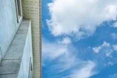 Κτήριο και σύννεφο Στοκ Εικόνα