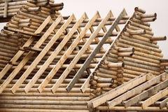 Κτήριο κούτσουρων συστημάτων ζευκτόντων κάτω από την οικοδόμηση Στοκ φωτογραφία με δικαίωμα ελεύθερης χρήσης