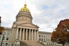 Κτήριο κρατικού Capitol της δυτικής Βιρτζίνια με τα ζωηρόχρωμα φύλλα πτώσης στοκ φωτογραφία