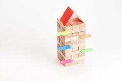 Κτήριο μικρών επιχειρήσεων με τον ξύλινους κύβο και την αυτοκόλλητη ετικέττα Στοκ Εικόνα