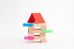 Κτήριο μικρών επιχειρήσεων με τον ξύλινους κύβο και την αυτοκόλλητη ετικέττα στοκ φωτογραφία