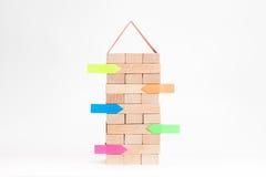 Κτήριο μικρών επιχειρήσεων με τον ξύλινους κύβο και την αυτοκόλλητη ετικέττα Στοκ φωτογραφία με δικαίωμα ελεύθερης χρήσης