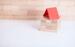Κτήριο μικρών επιχειρήσεων με τον ξύλινο κύβο Στοκ φωτογραφίες με δικαίωμα ελεύθερης χρήσης