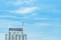Κτήριο μπλε ουρανού και συγκυριαρχιών στοκ φωτογραφία με δικαίωμα ελεύθερης χρήσης