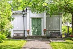 Κτήριο νεκροταφείων με τα δέντρα Στοκ εικόνες με δικαίωμα ελεύθερης χρήσης