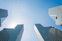 Κτήριο ουρανοξυστών σε Σινγκαπούρη - φωτεινό ελαφρύ ύφος επεξεργασίας Στοκ φωτογραφία με δικαίωμα ελεύθερης χρήσης
