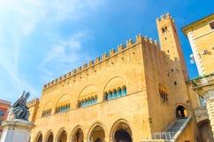 """Κτήριο παλατιών Arengo κοιλάδων Palazzo το """"με τον πύργο και ο παπάς Paul Β άγαλμα στην πλατεία Cavour τακτοποιούν σε Rimini στοκ εικόνες"""