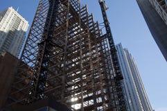 Κτήριο που γδύνεται πίσω στις δοκούς για την αποκατάσταση στοκ φωτογραφία